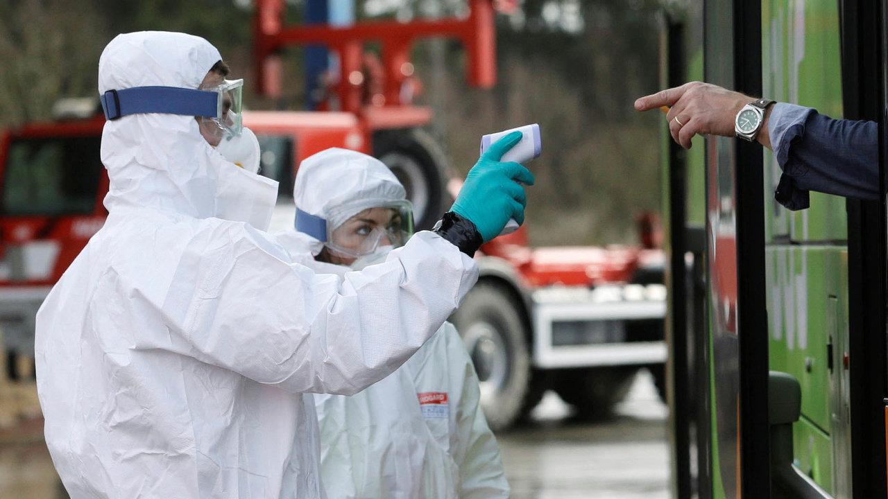 Policie nahranicích kontroluje teplotu člověka vautobusu. Pokud se ale vrací zItálie, jde automaticky dokarantény.