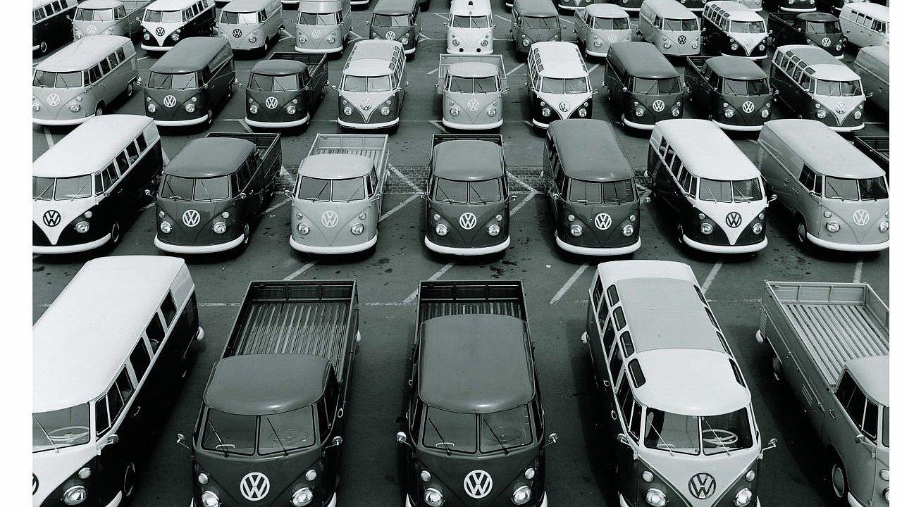 Od roku 1950 vyjelo na silnice v šesti generacích více než 13 milionů vozů kultovního Transporteru.