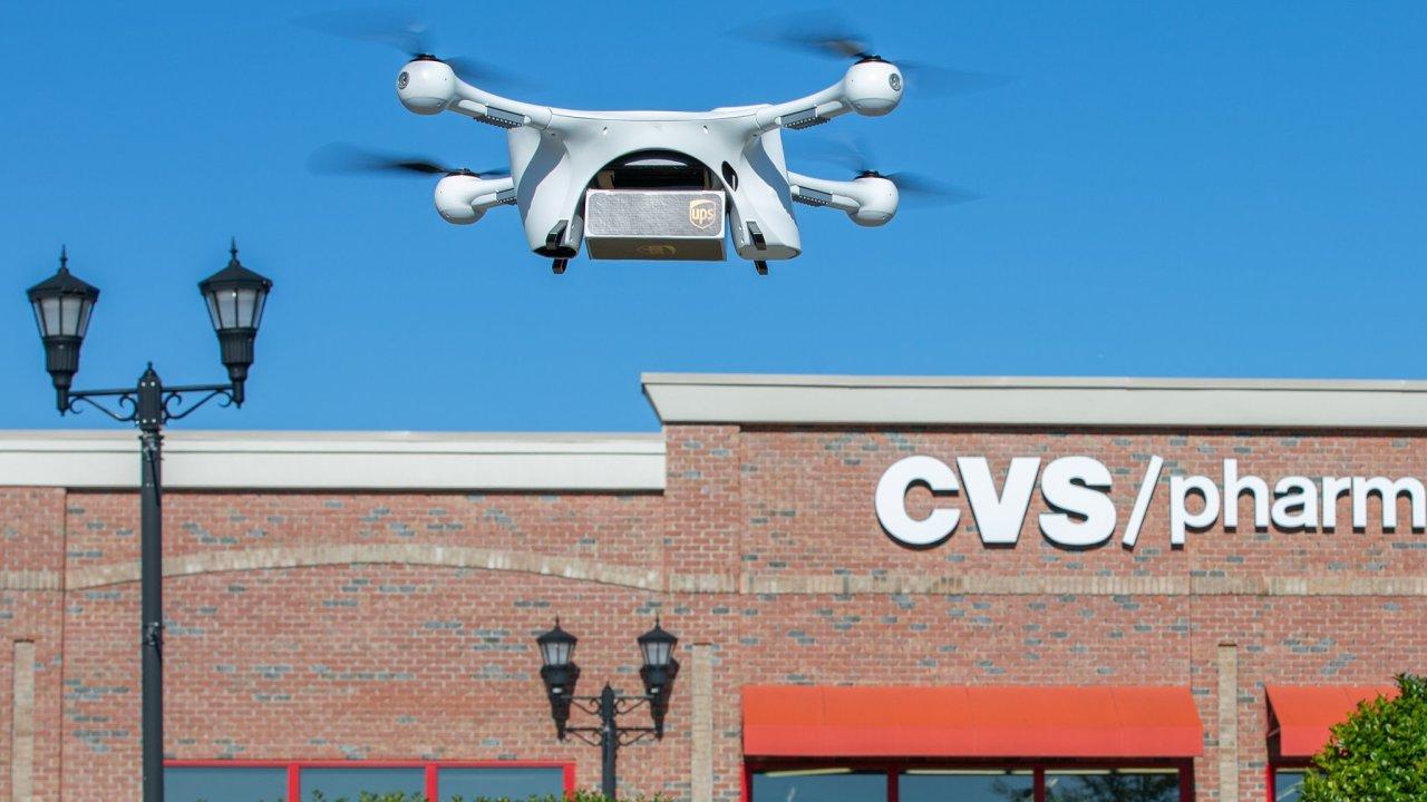 Dron doručuje zásilku z lékárny CVS v americkém The Villages.