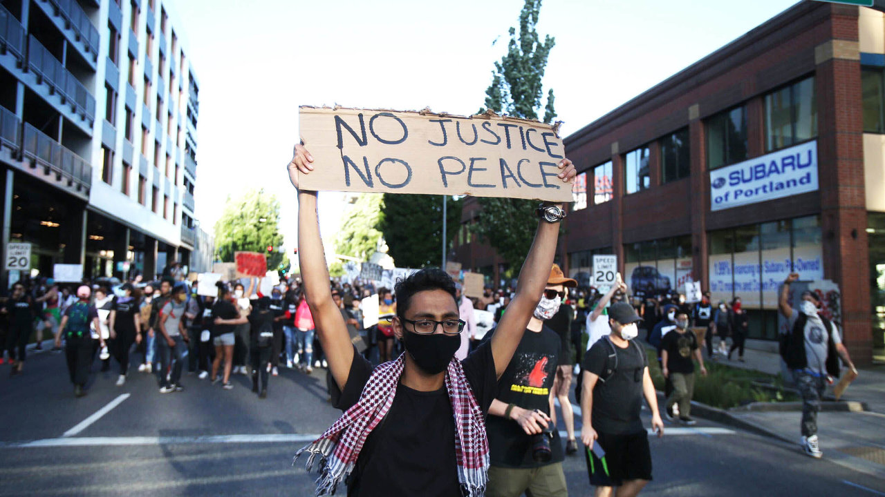 Černá Amerika se zlobí. Nepokoje a protesty v ulicích amerických měst po úmrtí George Floyda jsou nebývale silné.