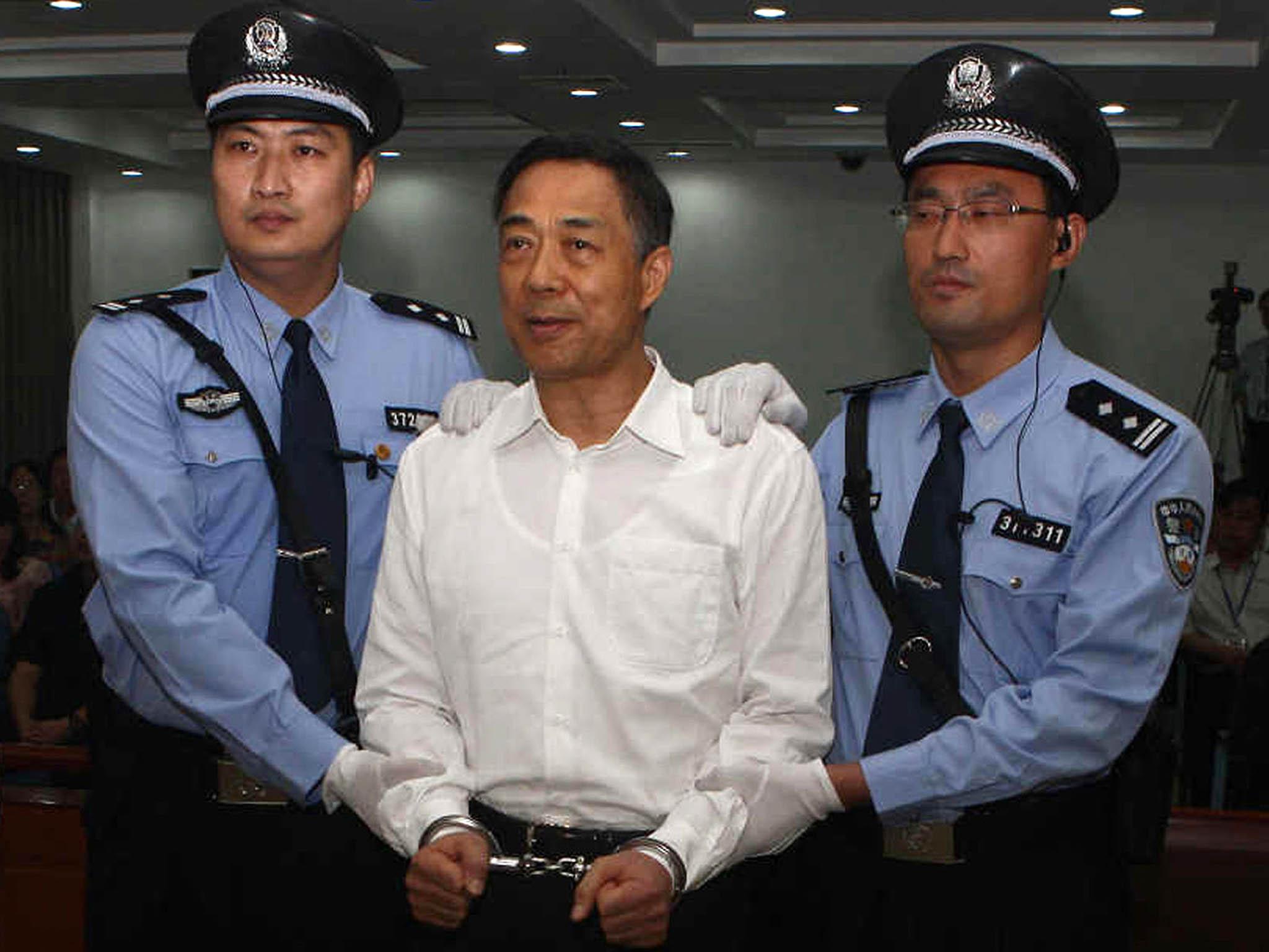 Po nástupu do čela strany se Si začal zbavovat svých politických protivníků. Jako prvního PoSi-laje, populárního bojovníka proti korupci, který ale nakonec skončil vevězení právě zakorupci.