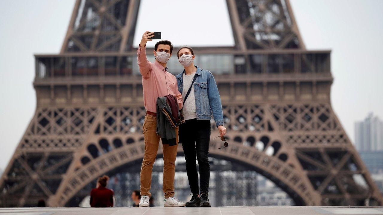 Francie Paříž roušky koronavirus