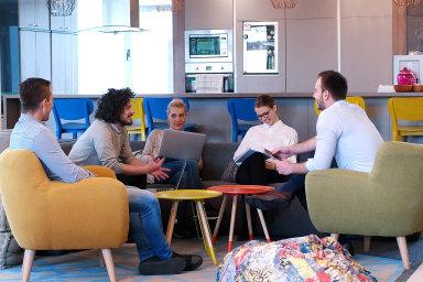 Jedno pracovní místo mohou sdílet třeba asistentky vkanceláři, recepční, účetní, prodavači nebo pokladní.