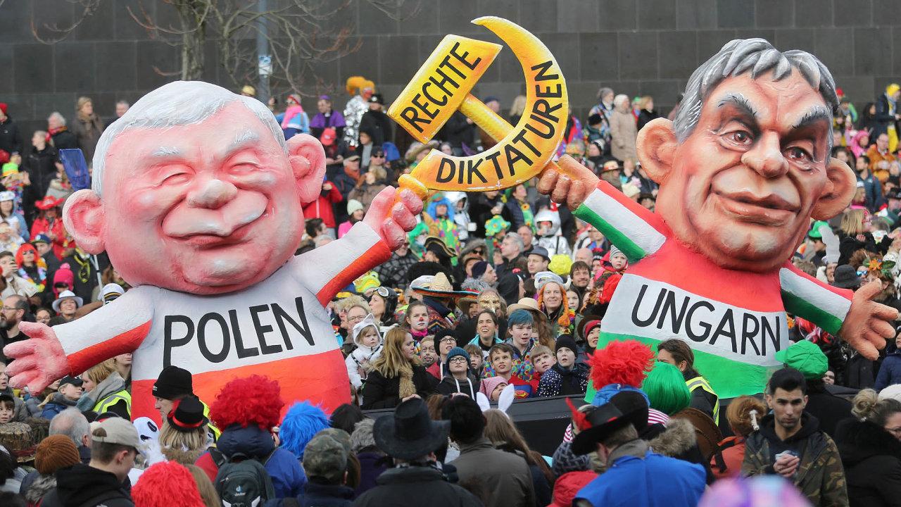Šéfové. Předsedu polské vládní strany PiS Jaroslawa Kaczyńského a maďarského premiéra ašéfa strany Fidesz Viktora Orbána si vzali na paškál účastníci karnevalu Rosenmontag vDüsseldorfu vúnoru 2018.