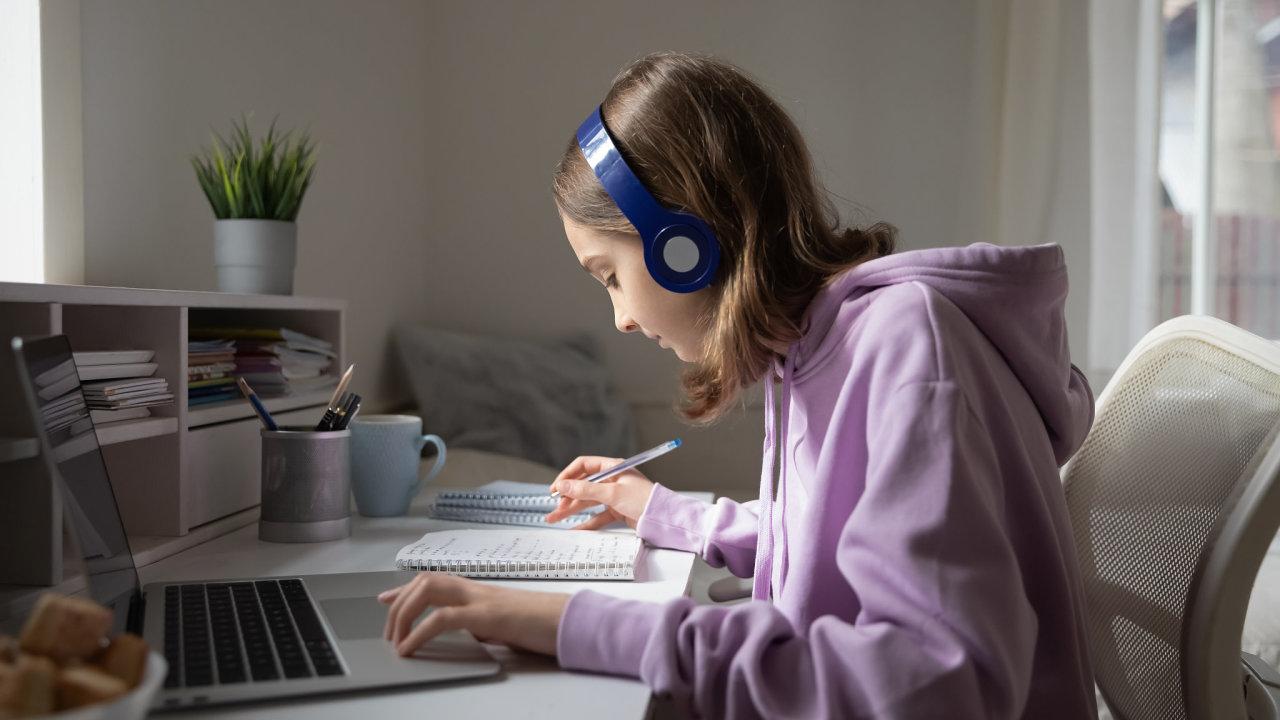 Už téměř rok se děti v Česku vzdělávají on-line, školy se od té doby zlepšily.