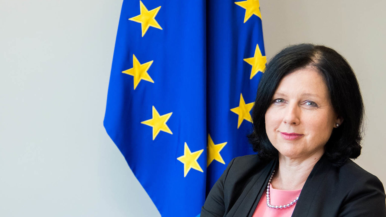 Kritická zpráva. Trendy v Evropě jsou neblahé, vykládá podstatné části zprávy o právním státu v EU Věra Jourová.
