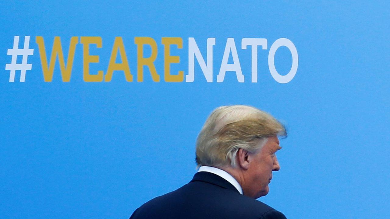 Jsme NATO, ale… Trump na summitu NATO v Bruselu (červen 2018).