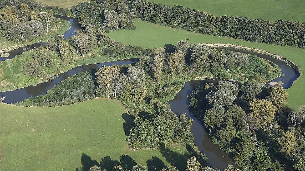 Meandry Odry: Vinoucí se meandry řeky Odry uhranice sPolskem jsou přírodní památka. Plánovanému kanálu by buď musela zcela ustoupit, nebo by přišla ovětšinu vody.