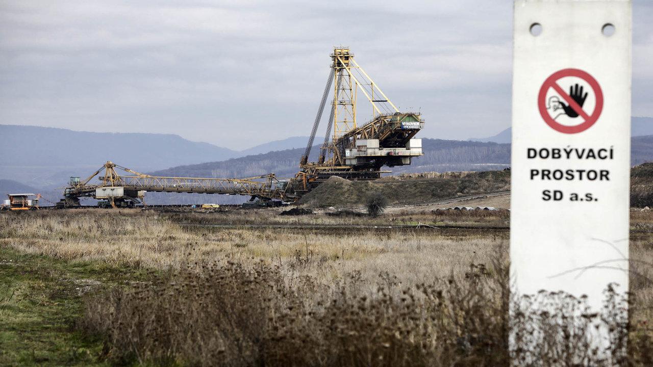 Rypadla na Dolu Bílina. Prolomení limitů těžby z roku 2015 umožňuje těžké technice přiblížit se k vesnici Mariánské Radčice zhruba o 1500 metrů blíž a těžit uhlí až do roku 2035.