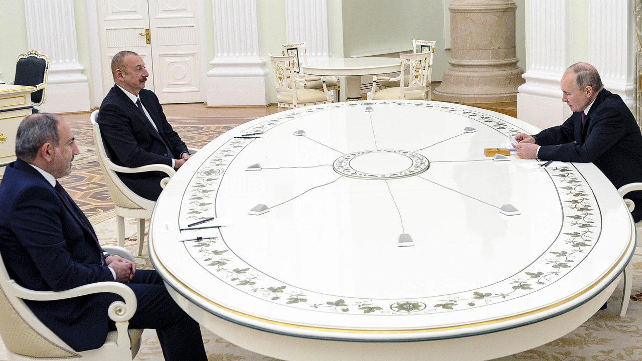 Nadistanc. Ruský prezident Vladimir Putin (vpravo) se držel dál, mezi arménským premiérem Nikolem Pašinjanem (vlevo) aázerbájdžánským prezidentem Ilhamem Alijevem vládl napondělní schůzce chlad.