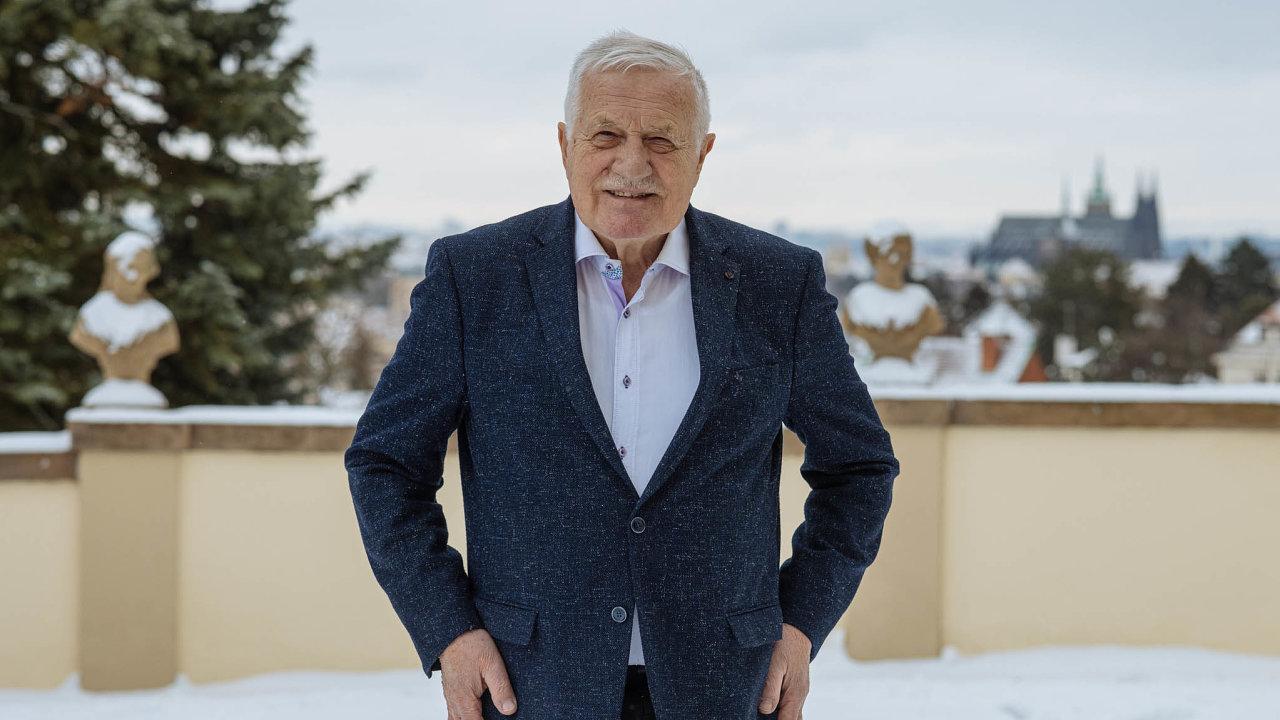 Odpůrce lockdownů. Názor, že v pandemii nezabírají plošná omezující opatření, ale ochrana ohrožených skupin, opírá Václav Klaus o historickou lidskou zkušenost. Necítí se být odpůrcem-aktivistou.