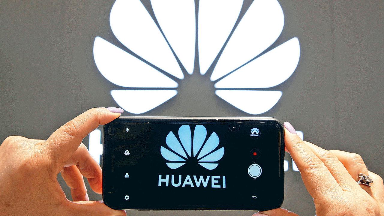 Huawei doplácí naamerické sankce.Jen vetřetím čtvrtletí mu vzápadní Evropě propadl prodej telefonů meziročně o60 procent.
