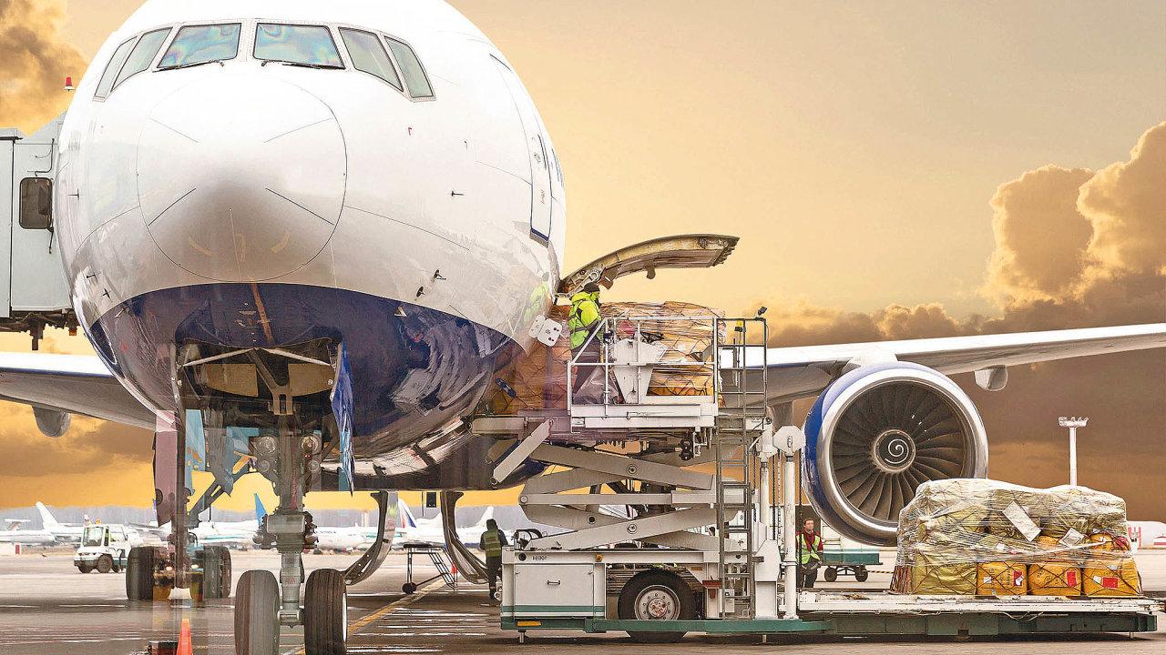 Vdůsledku epidemie prakticky zmizel cestovní ruch ave vzduchu tak najednou chybí až 90 procent příložné kapacity nákladu.