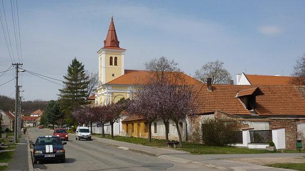 Náves s kostelem v Bohuticích