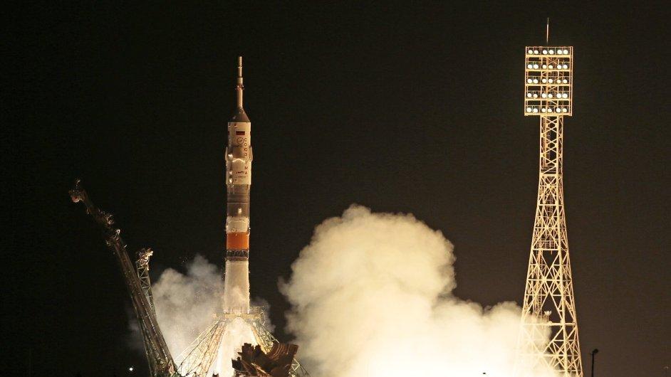 Loď Sojuz startuje z kosmodromu Bajkonur.