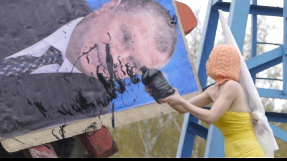 Pussy Riot v novém klipu kritizují prezidenta Putina.