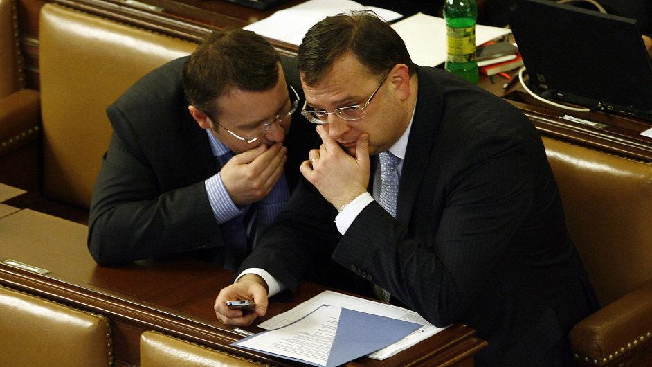 Pavel Drobil (vlevo) s expremiérem Petrem Nečasem ve sněmovně