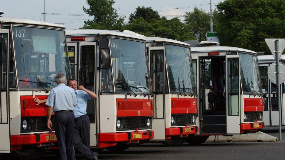 Dopravní odbory vyhlásily kvůli nízkým mzdám stávkovou pohotovost.