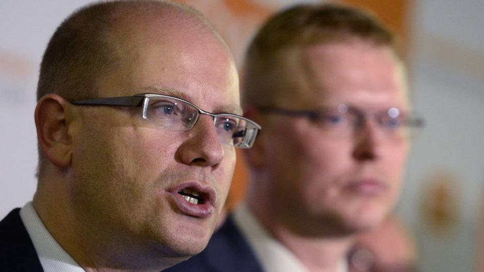 Bohuslav Sobotka (vlevo) a Pavel Bělobrádek po setkání vyjednávacích týmů jejich stran.