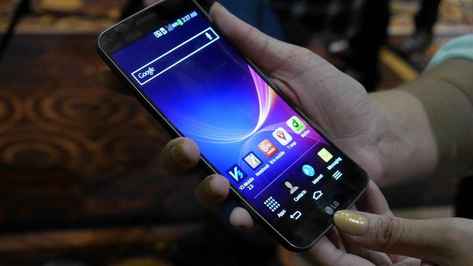 Chytrý telefon LG G Flex s prohnutým displejem