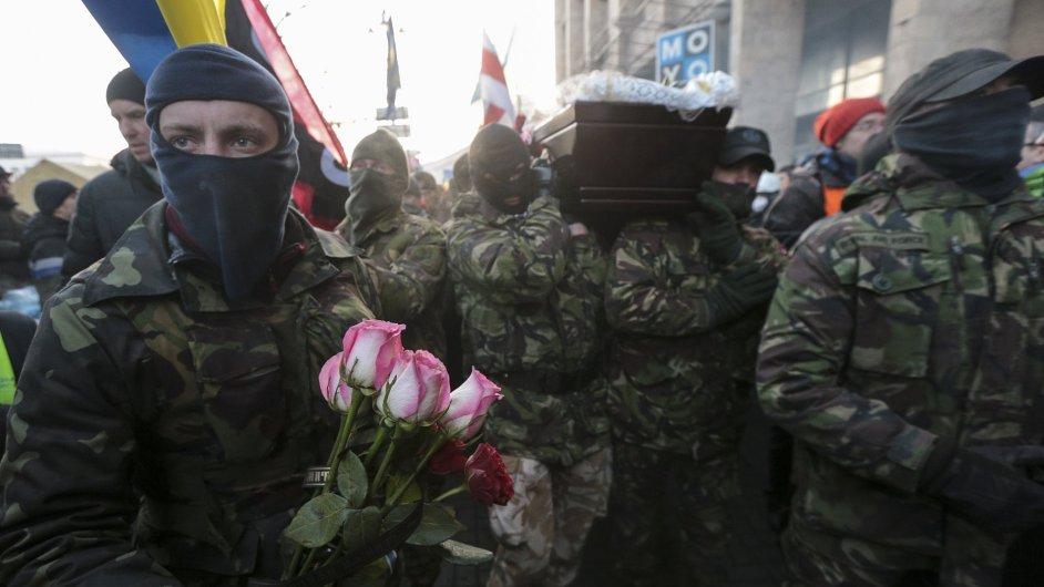 Pohřeb jedné z obětí protestů v Kyjevě