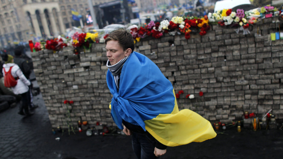 Kyjev zaplavily květiny na uctění památky obětí střetů mezi demonstranty a policií.