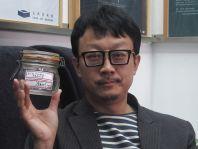 Pekingský umělec Liang Kche-kang sbírá do sklenic čistý vzduch.