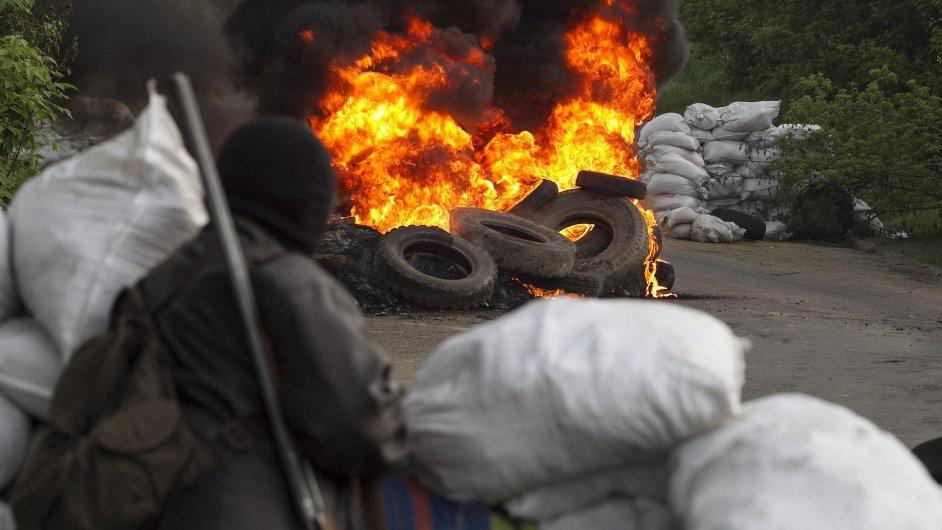 Proruský separatista na kontrolním stanovišti u Slavjansku