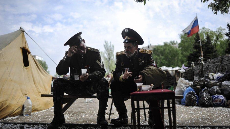Proruští kozáci večeří před administrativní budovou v Doněcku.
