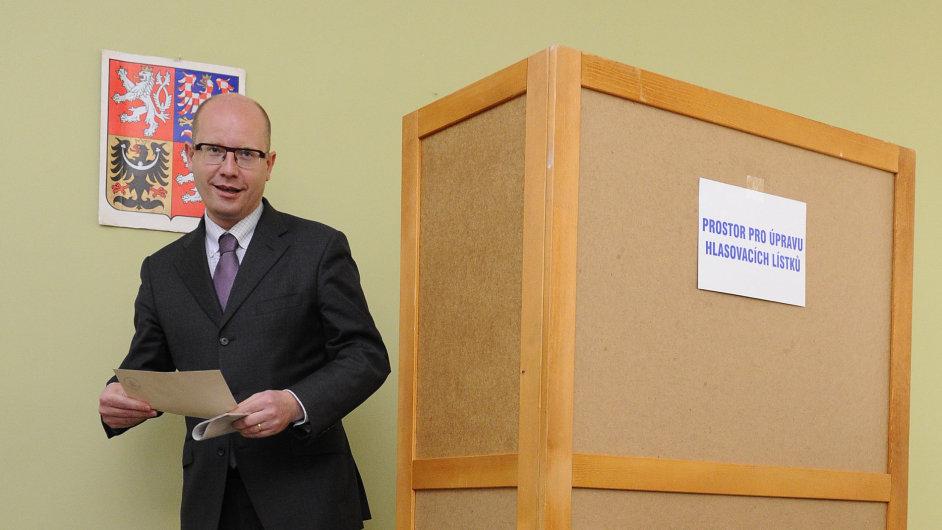 Premiér Sobotka volil doma ve Slavkově u Brna