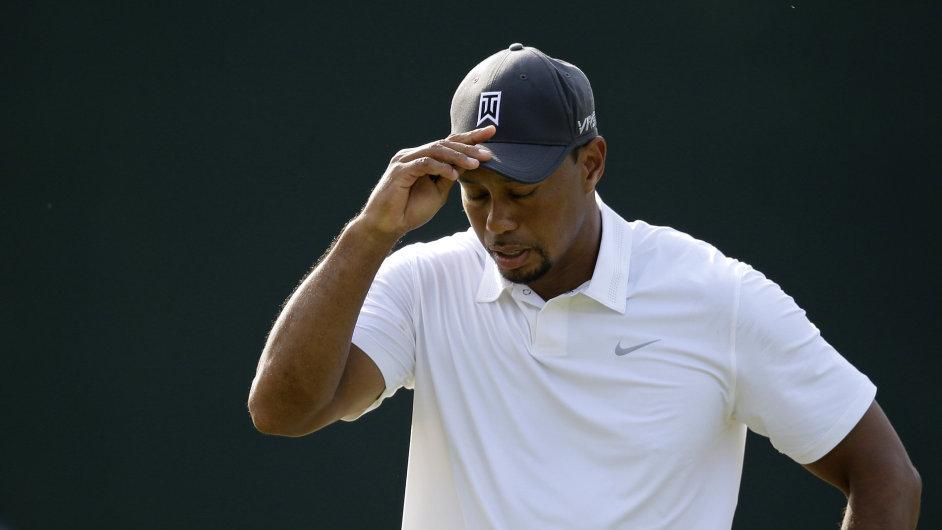Tiger Wood při prvním návratu na golfové hřiště po operaci zad