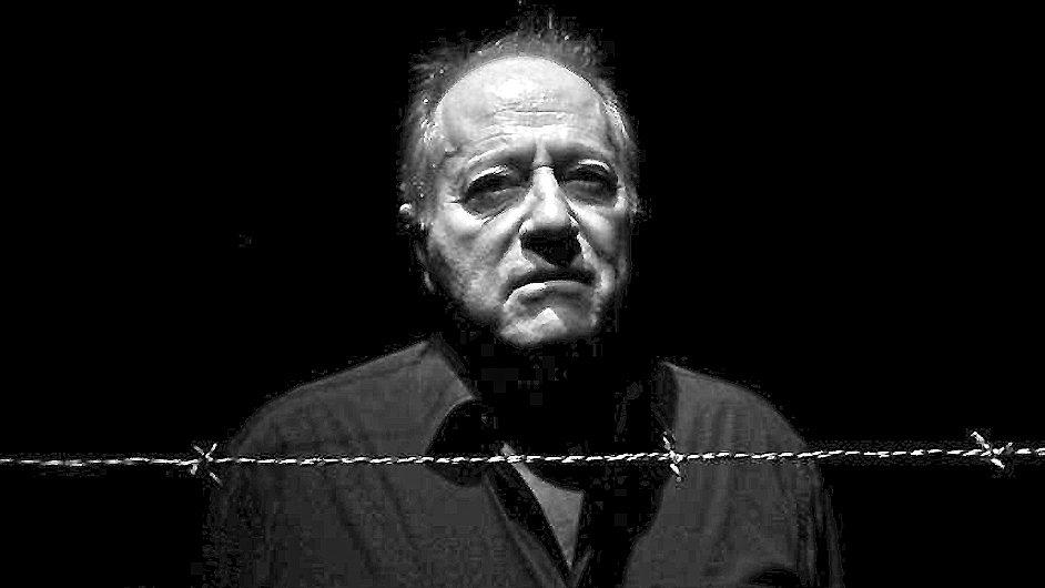 Herec Saul Reichlin v newyorské inscenaci hry ze Švandova divadla.