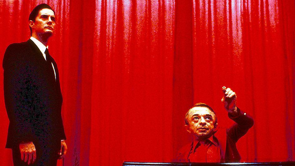 Na snímku z původního seriálu herci Kyle MacLachlan a Michael J. Anderson.