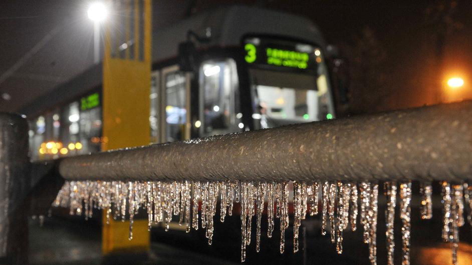 Ledovka komplikuje dopravu.