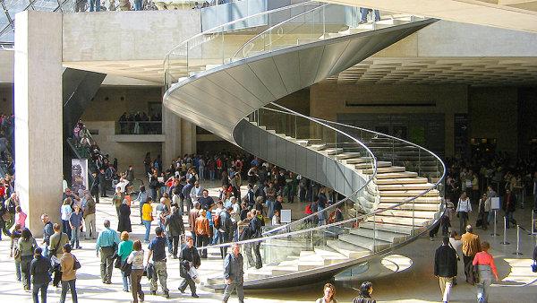V hlavn� hale Louvru se vloni odehr�ly dv� z�sadn� v�stavy.