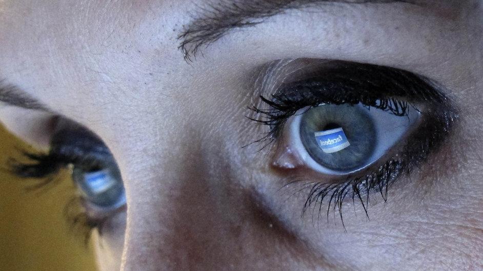 Zaměstnanci tráví v práci 52 minut denně soukromým prohlížením Facebooku, webů či telefonováním.