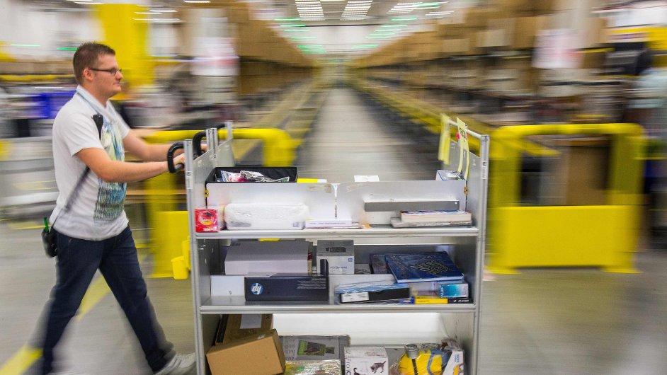 Pracovník společnosti Amazon v německém Brieselangu.