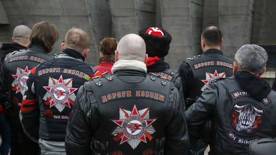 Skupina ruských motorkářů a jejich příznivců navštívila v neděli památník v Katyni.
