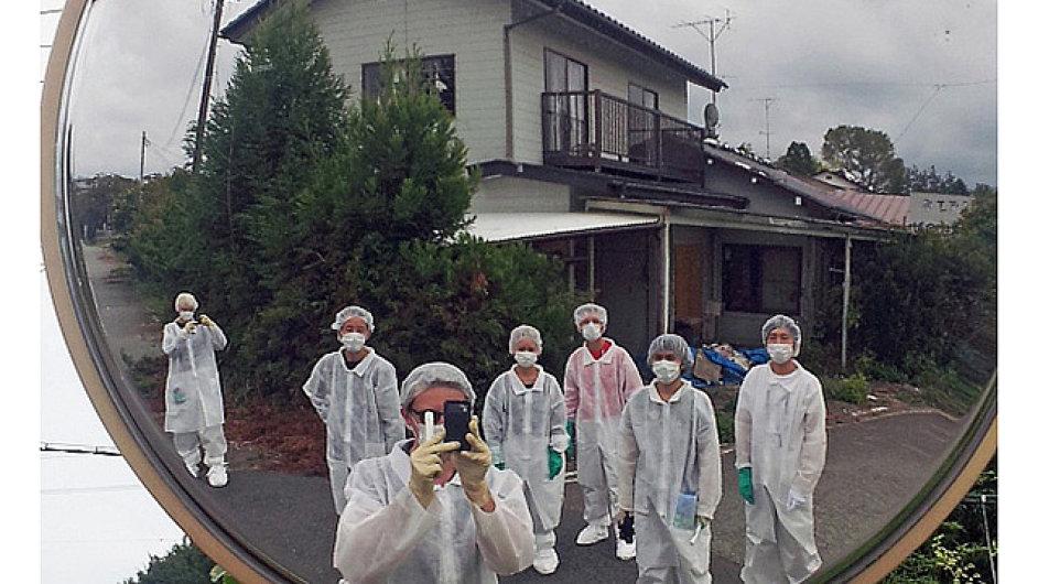 Kurátoři výstavy do Fukušimy přijeli v oblecích a v maskách.