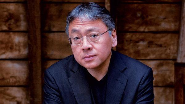 Spisovatel Kazuo Ishiguro na oficiálním snímku svého nakladatele.