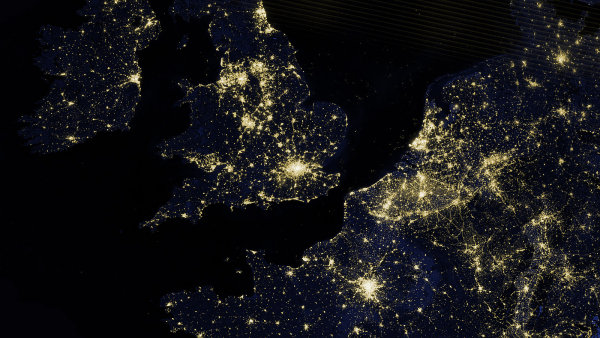Osv�tlen� kontinenty v noci z��� do vesm�ru. - Ilustra�n� foto.
