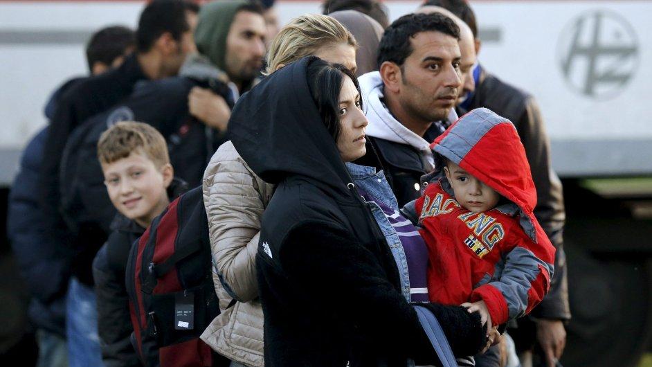 Běženci se snaží získat místa v autobusech, které je dopraví z Chorvatska do Slovinska.