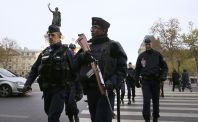 Francouzští policisté dál pátrají po totožnostech atentátníků.