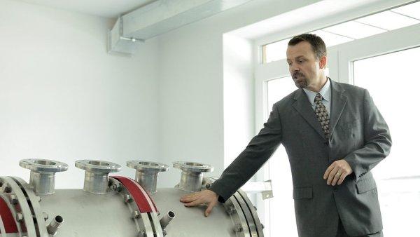 Pedagog Vysoké školy chemicko-technologické v Praze Aleš Pícha ukazuje experimentální anaerobní reaktor, který slouží k výzkumu čistoty vody.
