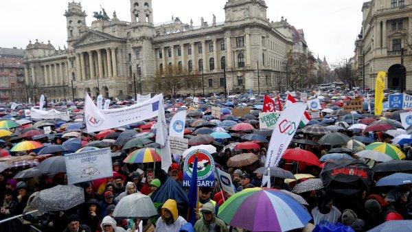 Protestující se sešli před budovou parlamentu v Budapešti.