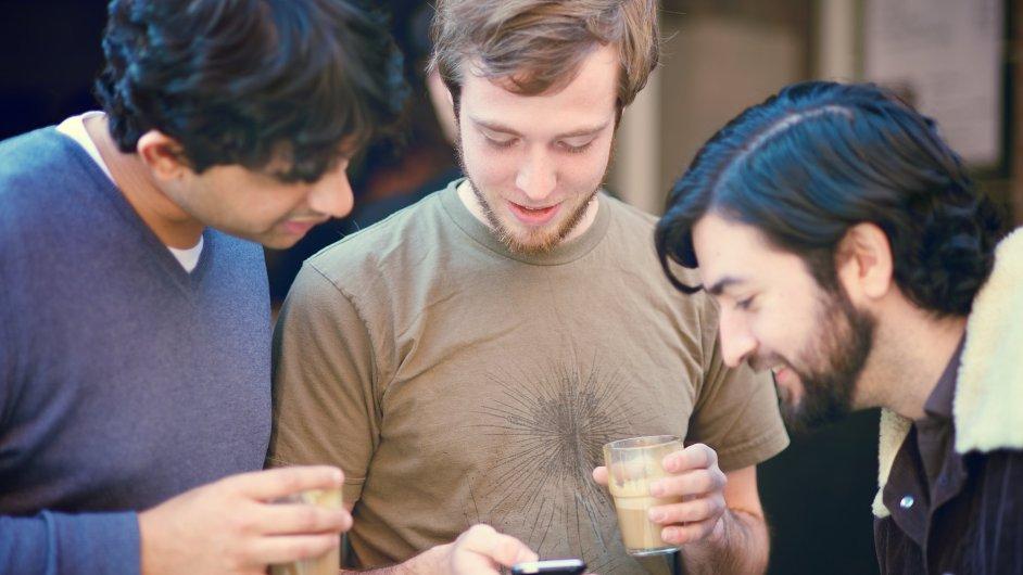 FoMO se projevuje potřebou neustále sledovat, co se kde děje, k čemuž přispívají i sociální sítě. - Ilustrační foto.