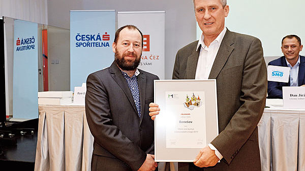 Cenu za nejlep�� m�sto pro byznys ve St�edo�esk�m kraji p�evzal starosta Bene�ova Ji�� �vadlena (vpravo) od ��fredaktora Ekonomu Dalibora Mart�nka.