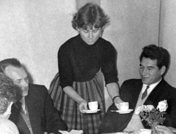 �ingiz Ajtmatov v pra�sk� redakci Mate��dou�ky s redaktorkou Dagmar Lhotovou a Sergejem Baruzdinem.