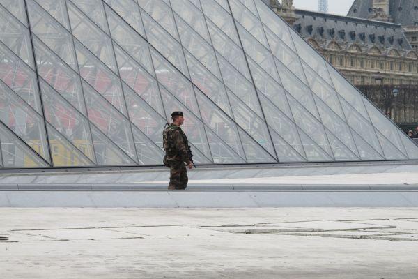 Vojáci hlídkující v Pa�í�i