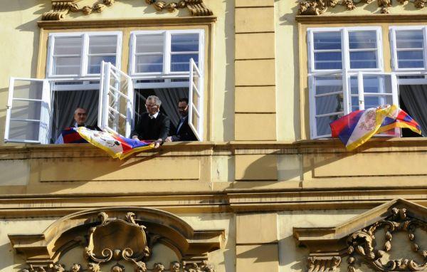 TOP 09 vyvěsila při návštěvě čínského prezidenta dvě tibetské vlajky z oken sněmovny.